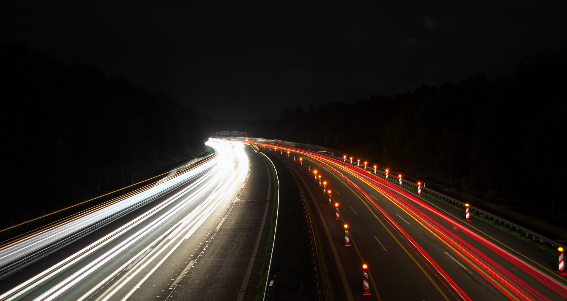 Autobahn Langzeitbelichtung Nacht Bremslichter Scheinwerfer Baustelle