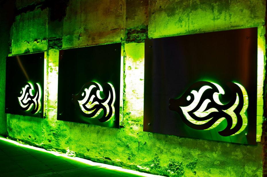 Fische Metall Reklame Neonröhren Grün Kunst alte Mauer