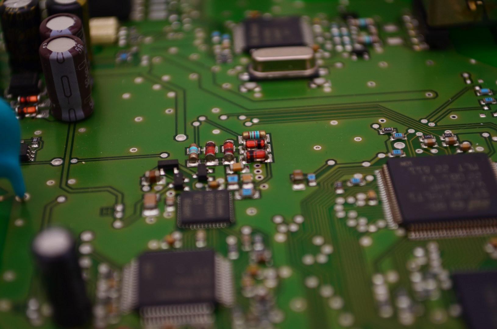 Platine Bauteile Grün Elektrotechnik Kondensatoren Chips Widerstände Leiterbahnen