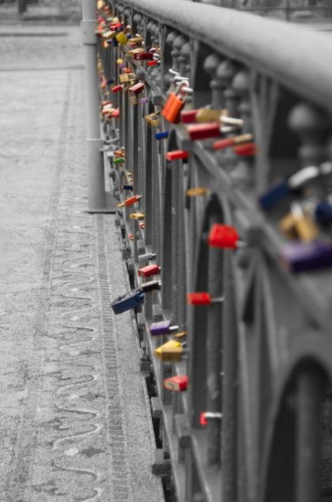 Liebesschlösser Brücke Geländer Colorkey Rot Lila Orange Gold Grün Blau Gro klein