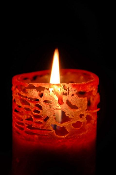 Kerze Wachs Rot Muster Risse durchsichtig Flamm Warm schwarzer Hintergrund