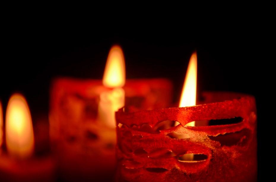 Kerzen Wachs Rot Muster Risse durchsichtig Flammen Warm schwarzer Hintergrund