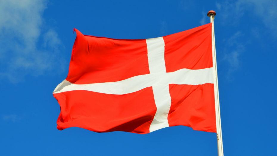 Dänemark Flagge vor blauem Himmel Fahnenmast Nahaufnahme