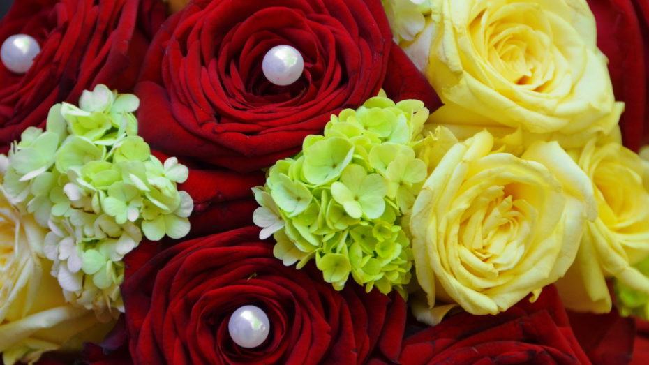 Brautstrauß rot grün gelb Perlen Nahaufnahme Blumen Rosen
