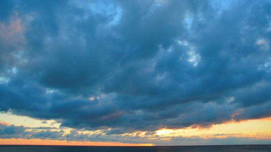 Wolken über dem Meer Blau Horizont Sonne