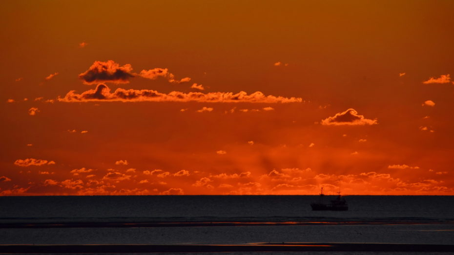 Schiff vor Sonnenuntergang Silhouette Rot Meer Horizont Wolken