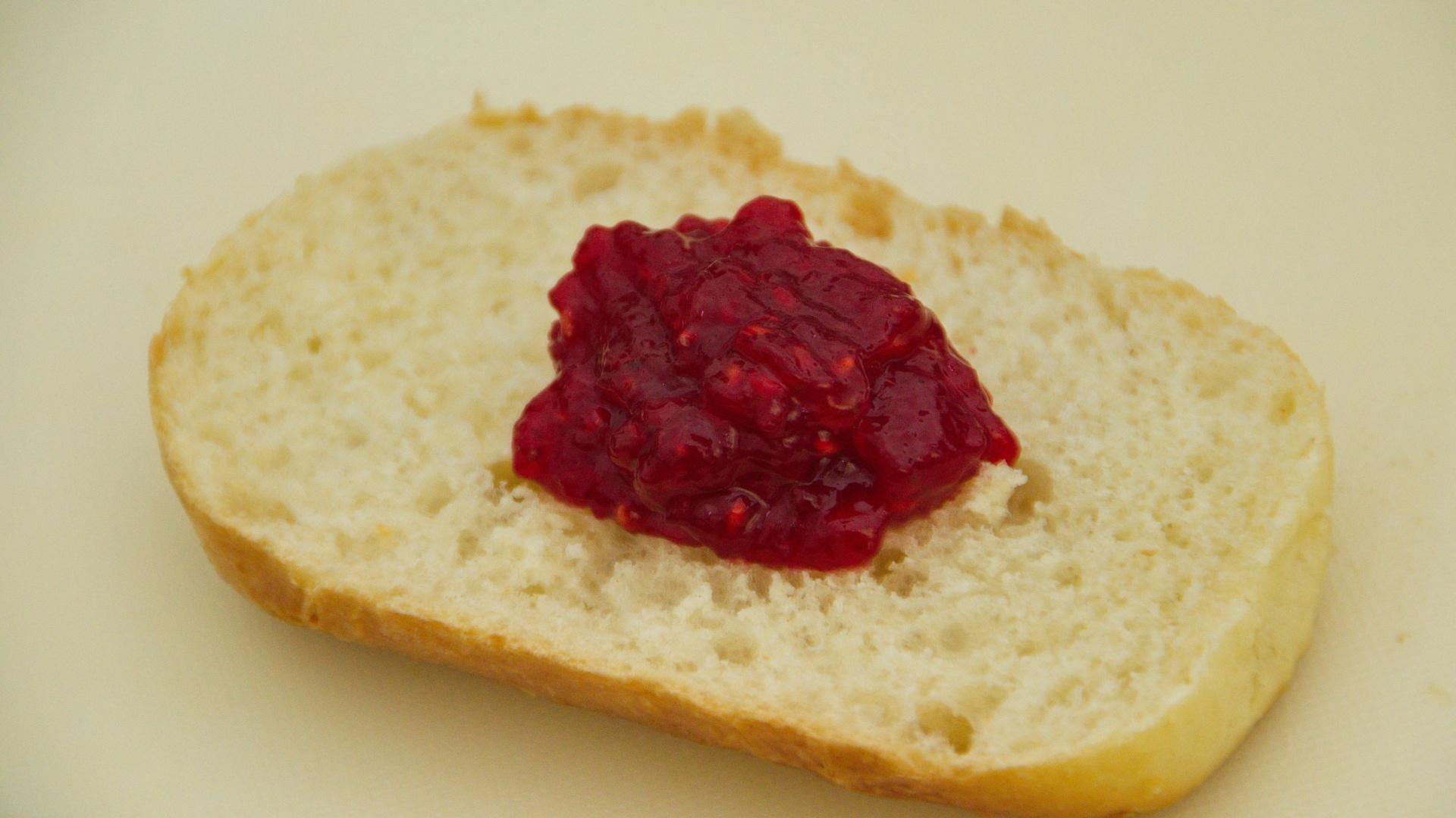 Klecks Erdbeer Himbeer Vanille Konfitüre mit Stevia auf einem halben hellem Brötchen