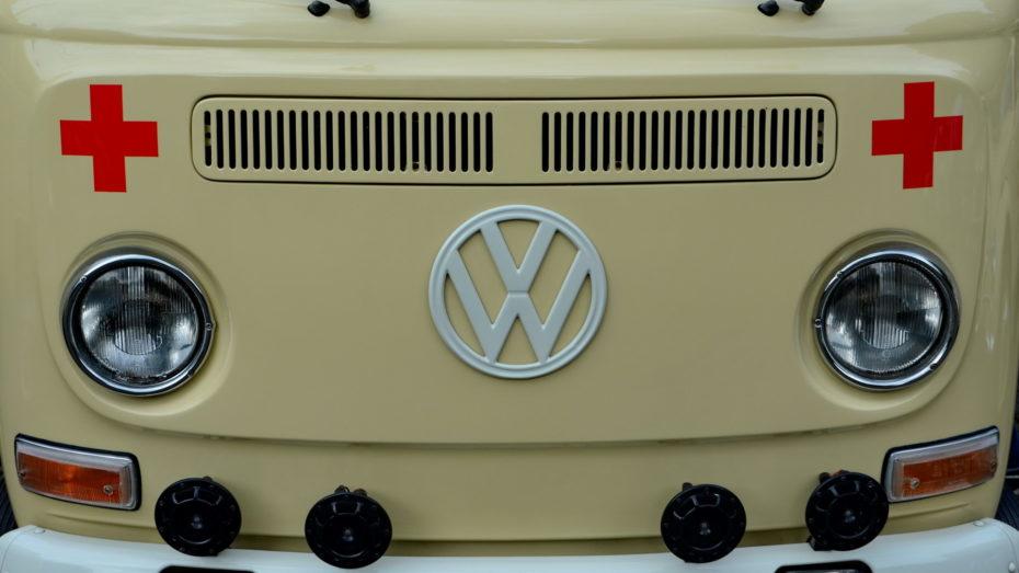 Volkswagen Bulli Rotes Kreuz Frontaufnahme Scheinwerfer Blinker Lüftungsgitter VW Zeichen Sirenen