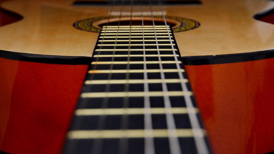 Gitarre Saiten Nahaufnahme Klangkörper im Hintergrund
