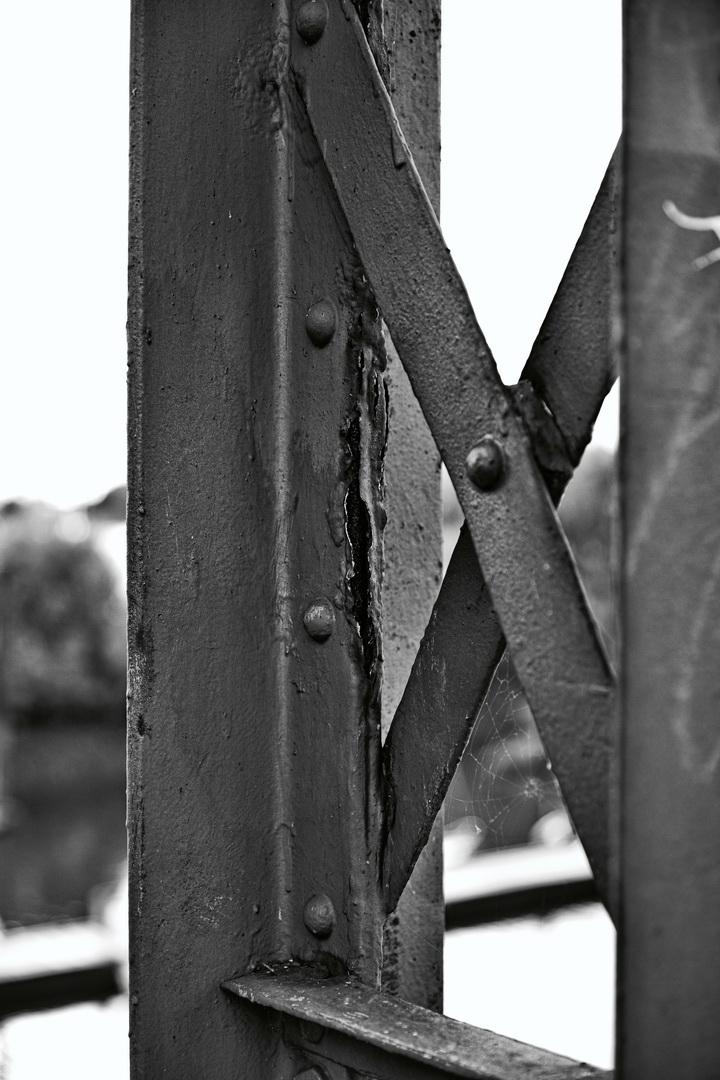 Alter rostiger Stahltraeger einer Brücke Nieten Schwarzweiß