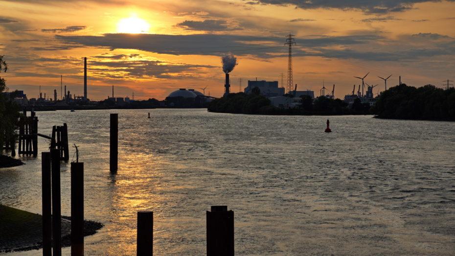 Sonnenuntergang an der Süderelbe Industrie Schornsteine Rauhes Wasser