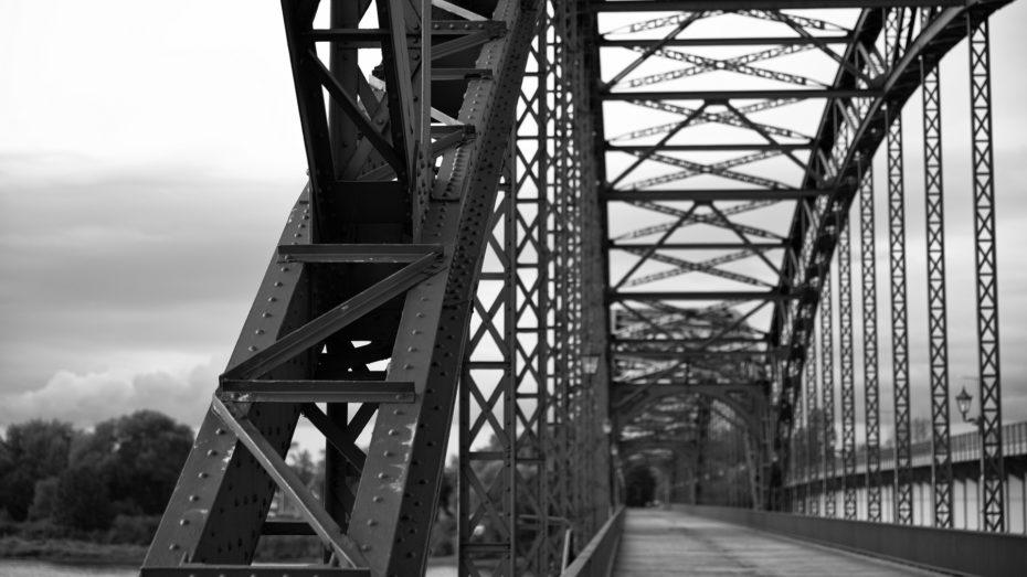 Alte Brücke aus Stahl Schwarzweiß Nieten Details Rost
