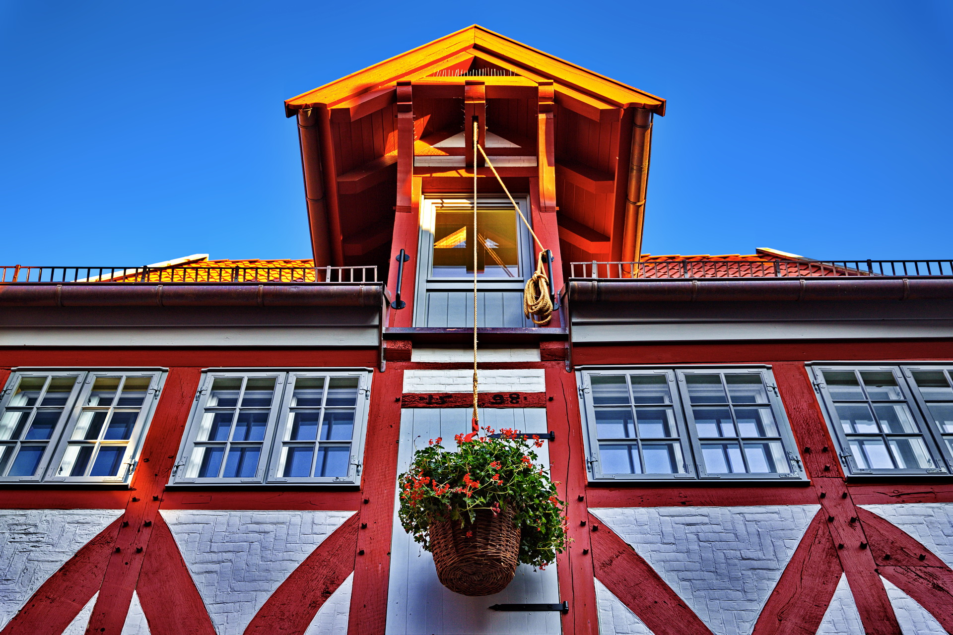 Fachwerkhaus Rot Holz Flaschenzug Blumen Blauer Himmel