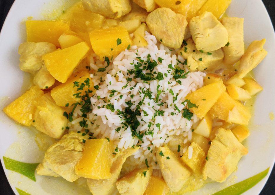 Hähnchen-Curry mit Ananas und Apfel dazu Reis